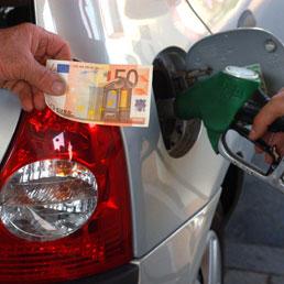 Da oggi benzina e diesel più cari