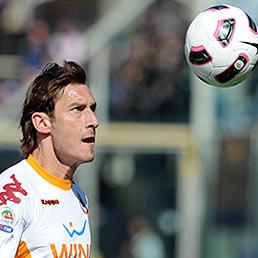 Quanto guadagnano i calciatori italiani (e quanto rischiano di pagare con il contributo di solidarietà). Nella foto il capitano della Roma, Francesco Totti (Ansa)