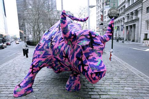 Toro di wall street col cappotto foto sole24ore