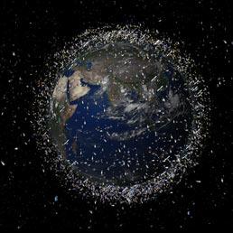 Una rappresentazione di come la fascia di detriti spaziali circondi la Terra come una rete (non in scala)